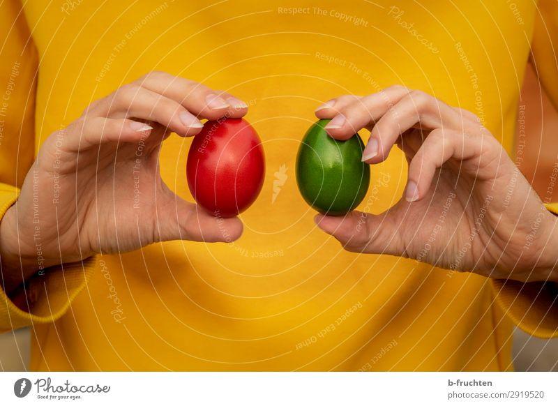 Zwei Ostereier in den Händen Lebensmittel Ernährung Bioprodukte Gesunde Ernährung Küche Mann Erwachsene Hand Finger wählen gebrauchen berühren festhalten gelb