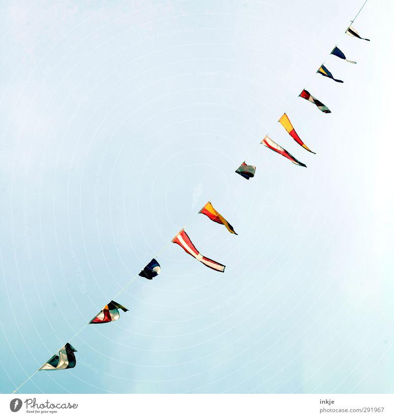 Die Mehrheit hängt ihr Fähnchen nach dem Wind Team Kultur multikulturell Himmel Menschenleer Dekoration & Verzierung Fahne Zeichen Seil diagonal fliegen hängen