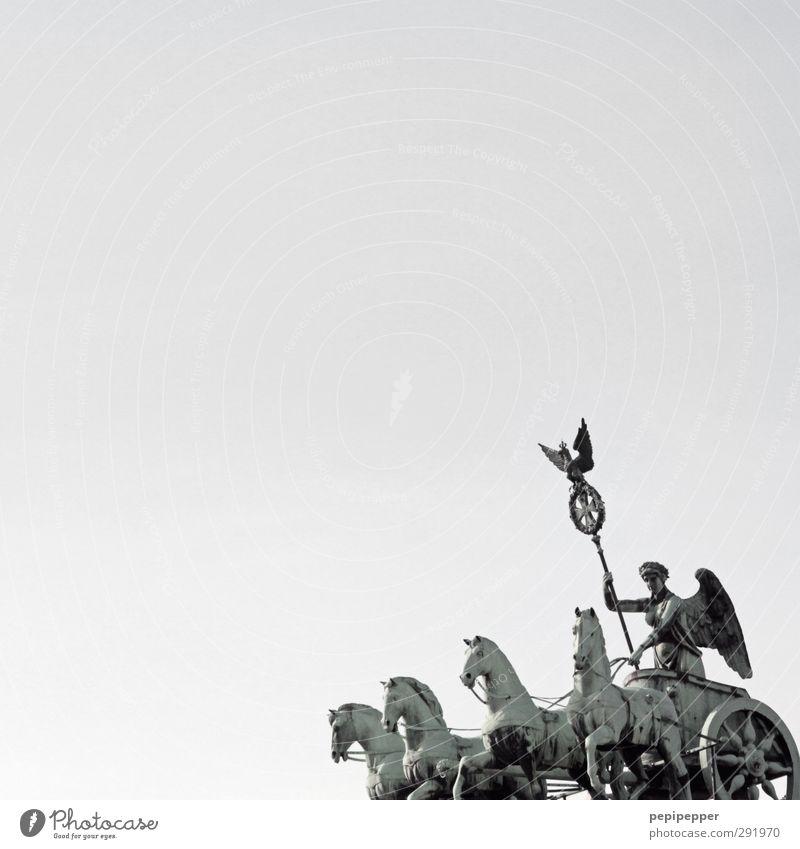 ein stück berlin_2 Mensch Ferien & Urlaub & Reisen alt grün Sommer Freiheit Gebäude Metall Tourismus Ausflug Tiergruppe Sicherheit Frauenbrust Pferd Bauwerk