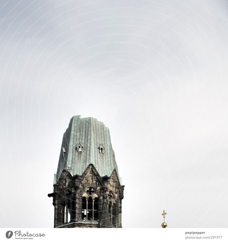 ein stück berlin_1 Tourismus Sightseeing Städtereise Hauptstadt Stadtzentrum Kirche Ruine Bauwerk Gebäude Architektur Mauer Wand Fassade Fenster Dach