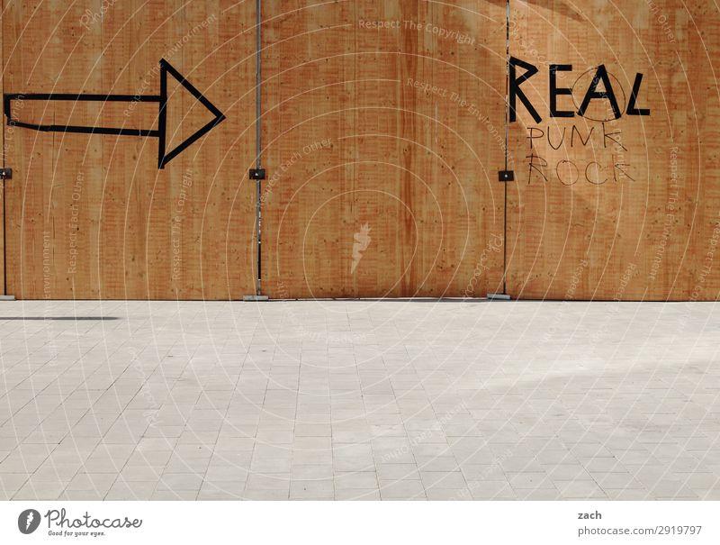 Immer an der Wand lang | zu Real Stadt Stadtzentrum Menschenleer Mauer Fassade Holz Zeichen Schilder & Markierungen Hinweisschild Warnschild Pfeil braun