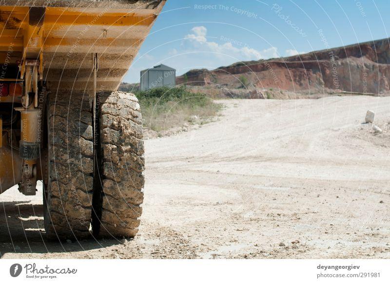 Ein Lastwagen im Steinbruch. Nahaufnahme von Reifen und Anhänger Arbeit & Erwerbstätigkeit Industrie Maschine Technik & Technologie Sand Himmel Felsen Verkehr