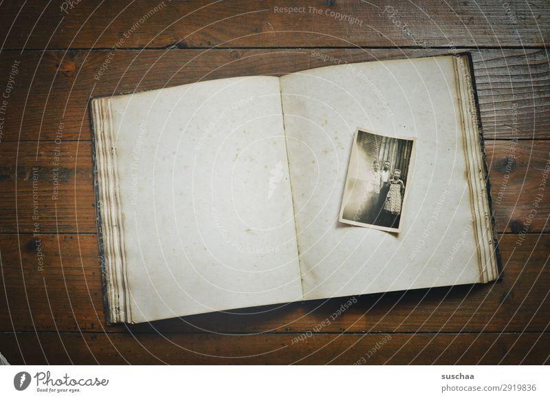 alte analoge fotografie in einem alten fotoalbum Fotografie Fotografieren Erinnerung Nostalgie Trauer Familienalbum Vergangenheit Vergänglichkeit Kindheit Erbe