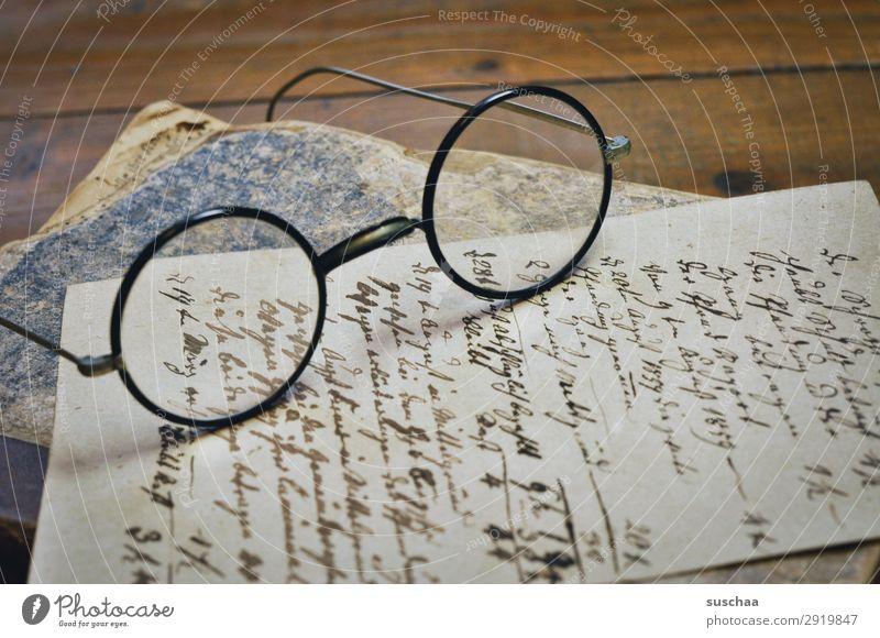 altes handschriftliches schriftstück mit brille und altem buch retro altehrwürdig Brief schreiben Text Papier Antiquität Handschrift Mitteilung vergänglich