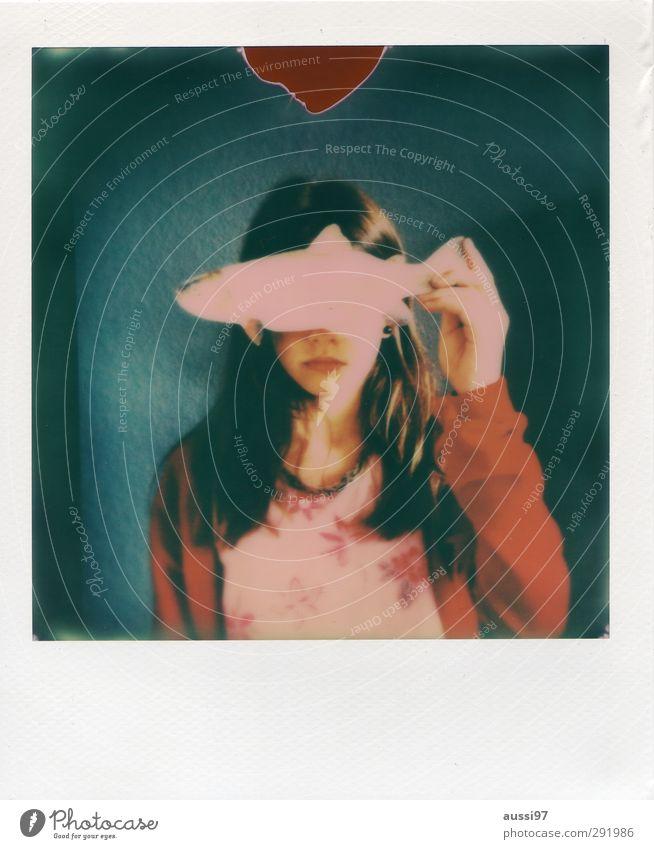 Am I fish? Kind Jugendliche Mädchen Junge Frau Auge Essen geschlossen Perspektive Fisch Schutz blenden blind Forelle abgewendet