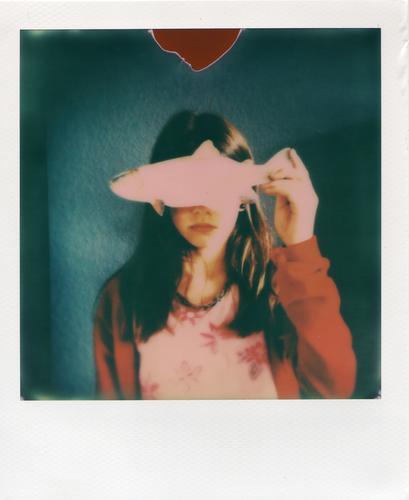 Am I fish? Polaroid Fisch Forelle Essen blenden Perspektive Auge Porträt Kind Mädchen Jugendliche Junge Frau Schutz geschlossen abgewendet Wegsehen Blick blind