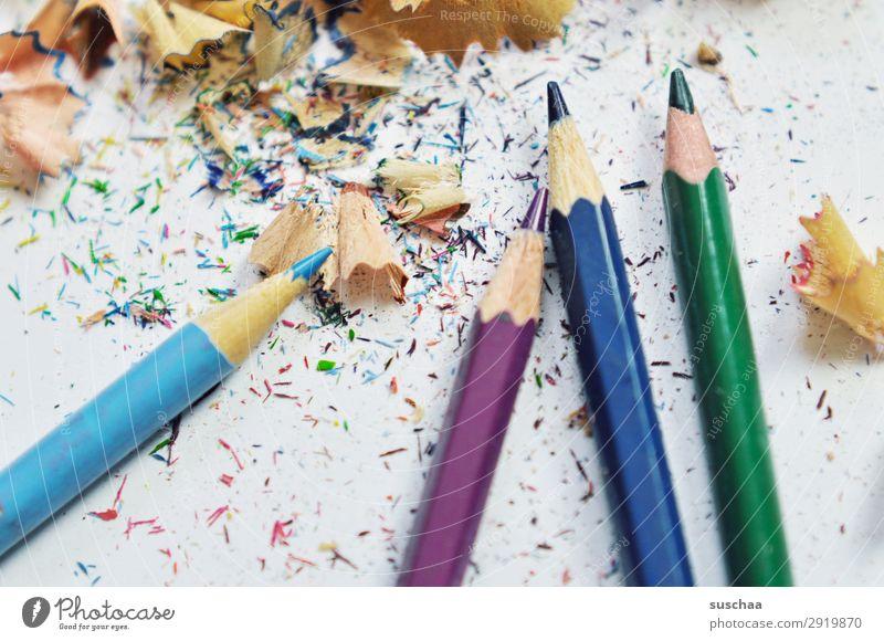 stifte anspitzen (2) zeichnen Zeichenstift Farbstift Künstler chaotisch durcheinander dreckig Anspitzer Spitze Späne Holz mehrfarbig Schule Kindererziehung Büro