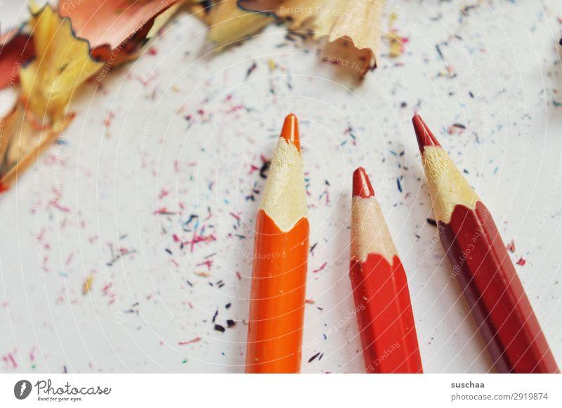 rote stifte zeichnen Zeichenstift Farbstift Künstler chaotisch durcheinander dreckig anspitzen Spitze Späne Holz Schule Kindererziehung Büro Kreativität