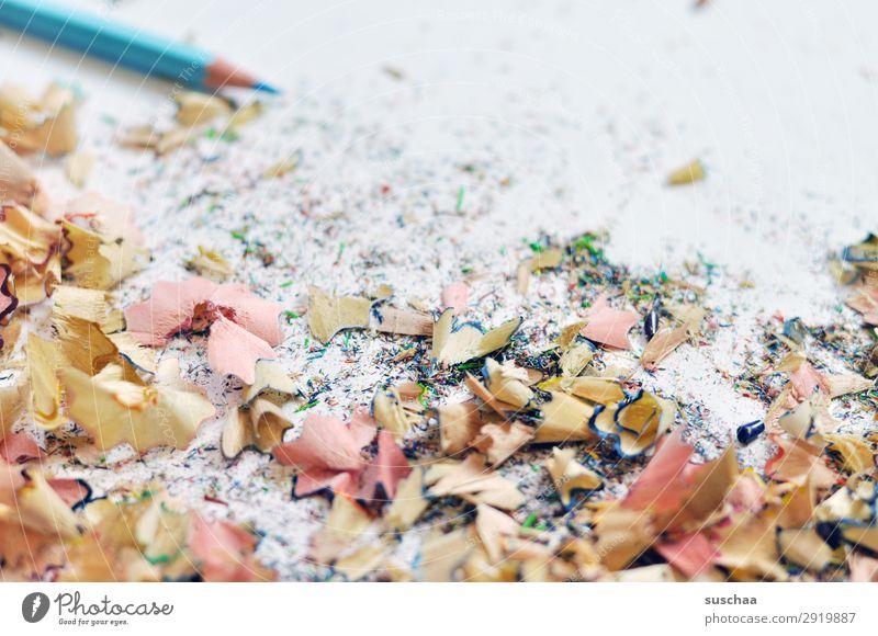 frisch angespitzt zeichnen Zeichenstift Farbstift Künstler chaotisch durcheinander dreckig anspitzen Spitze Späne Holz hell-blau Schule Kindererziehung Büro