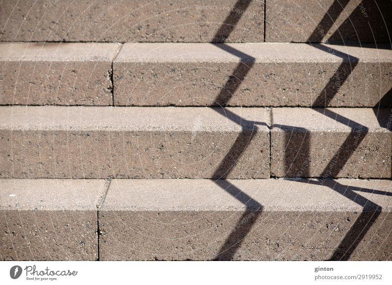 Geländerschatten auf Treppenaufgang Architektur Beton eckig fest Perspektive zick zack schatten Zickzack schräge Treppe Treppenschräge Stufen Außenarchitektur