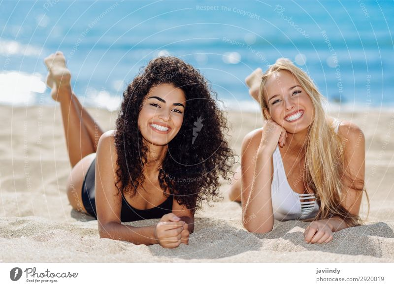 Zwei junge Frauen im Badeanzug an einem tropischen Strand. Lifestyle Freude Glück schön Körper Haare & Frisuren Freizeit & Hobby Ferien & Urlaub & Reisen