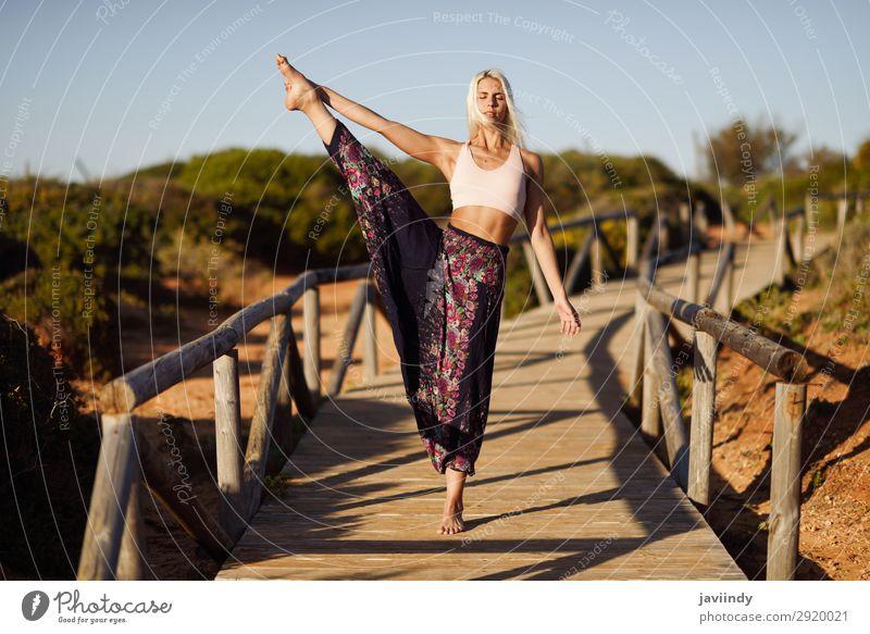 Kaukasische Frau beim Yoga auf einer Holzbrücke. Lifestyle Glück schön Körper harmonisch Erholung Meditation Freiheit Sommer Sonne Strand