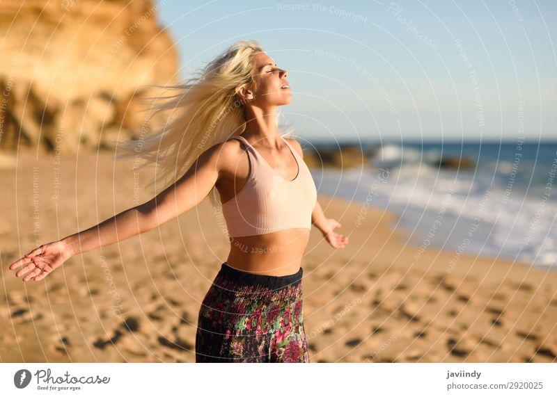 Frau genießt den Sonnenuntergang an einem schönen Strand. Lifestyle Glück Körper Leben Erholung Freizeit & Hobby Ferien & Urlaub & Reisen Freiheit Sommer Meer