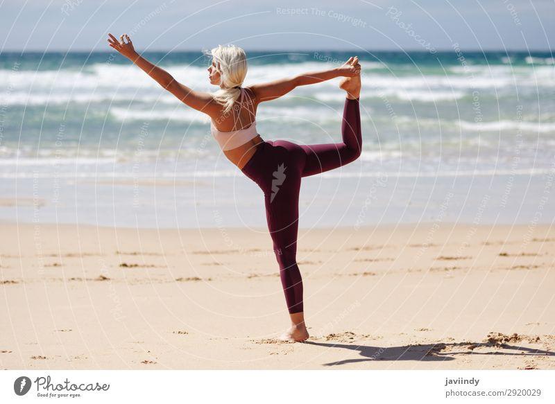 Kaukasische blonde Frau, die Yoga am Strand praktiziert. Lifestyle schön Körper Leben harmonisch Erholung Meditation Sommer Meer Sport Mensch feminin Junge Frau