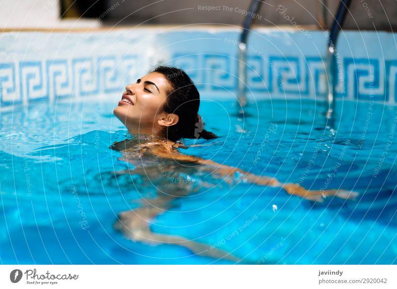 Schöne gebräunte Frau im Bikini, die sich im Schwimmbad entspannt. Lifestyle Glück schön Körper Haare & Frisuren Haut Erholung Freizeit & Hobby