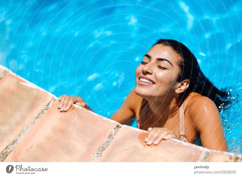 Schöne arabische Frau, die sich im Swimmingpool entspannt. Lifestyle Glück schön Körper Haare & Frisuren Haut Erholung Schwimmbad Freizeit & Hobby