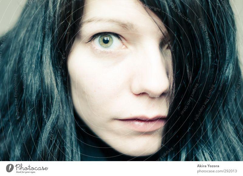 Im Blickfeld feminin Erwachsene Gesicht 1 Mensch 18-30 Jahre Jugendliche schwarzhaarig langhaarig beobachten nah grün rosa Gefühle Entschlossenheit Auge