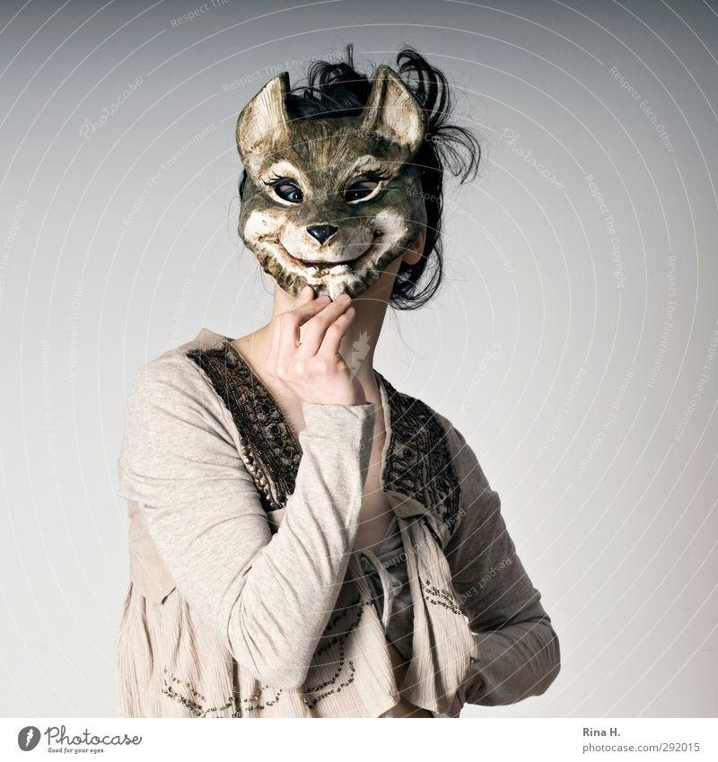 Helau Karneval Mensch feminin Junge Frau Jugendliche 1 18-30 Jahre Erwachsene Maske Lächeln frech festhalten verkleiden grinsen verdeckt Hand Wölfin Wolfsmaske
