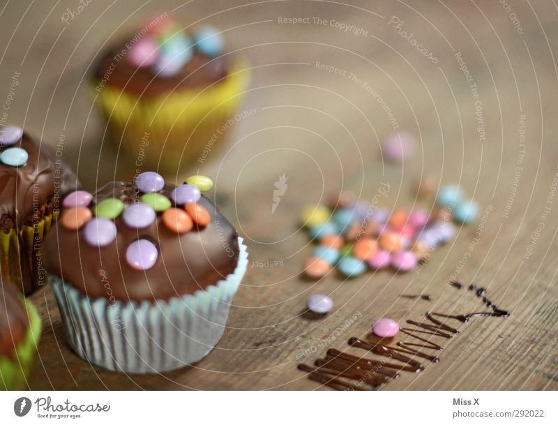 Muffins klein Feste & Feiern Lebensmittel Geburtstag Ernährung süß Kochen & Garen & Backen Foodfotografie lecker Süßwaren Kuchen Schokolade selbstgemacht Muffin verziert Schokolinsen