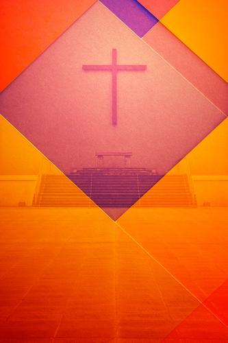 Doppelbelichtung Altar mit Kreuz und buntem Papier Farbe rot Hintergrundbild Religion & Glaube Textfreiraum orange Kirche Beton Hoffnung Ostern