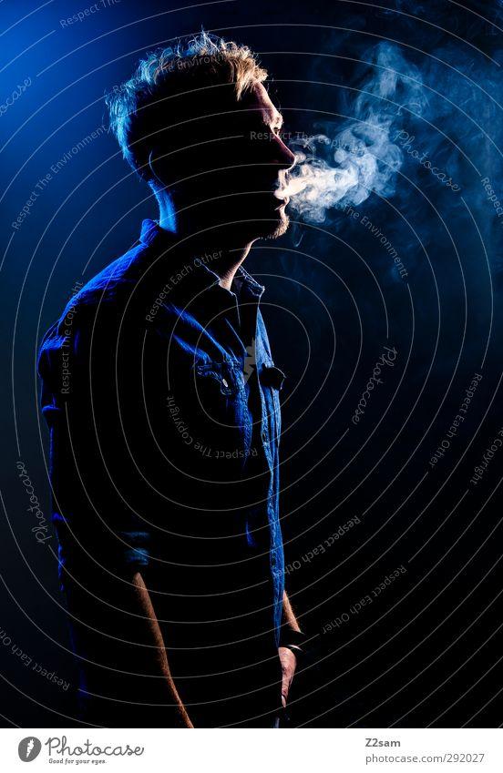 smoker Stil maskulin Junger Mann Jugendliche 1 Mensch 30-45 Jahre Erwachsene Hemd jeanshemd blond Rauch Rauchen stehen Coolness dunkel kalt natürlich trashig