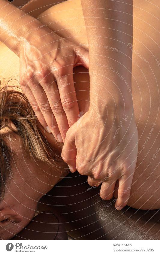 Nackenmassage, Hände Nahaufnahme Haut Gesundheit Gesundheitswesen Wellness harmonisch Wohlgefühl Erholung ruhig Spa Massage Frau Erwachsene Rücken Hand Finger