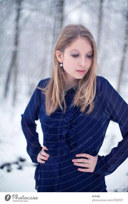 Rüschen feminin Junge Frau Jugendliche 1 Mensch 18-30 Jahre Erwachsene Bluse blond schön kalt blau Farbfoto Außenaufnahme Tag Schwache Tiefenschärfe Porträt