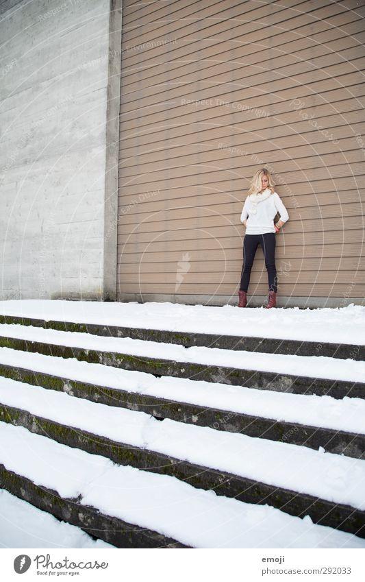 reine Fassade feminin Junge Frau Jugendliche 1 Mensch 18-30 Jahre Erwachsene Mauer Wand Stadt grau Beton Betonwand Treppe Farbfoto Gedeckte Farben Außenaufnahme