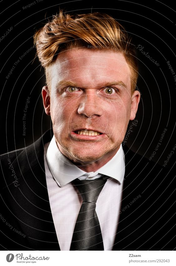 wut elegant maskulin Junger Mann Jugendliche 30-45 Jahre Erwachsene Anzug Krawatte blond kurzhaarig Aggression verrückt verstört Wut Ärger gereizt Grimasse