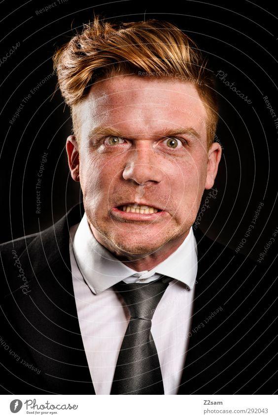 wut Mann Jugendliche schwarz Gesicht Erwachsene Junger Mann blond maskulin elegant verrückt Kraft Hemd Wut Gesichtsausdruck Anzug Aggression