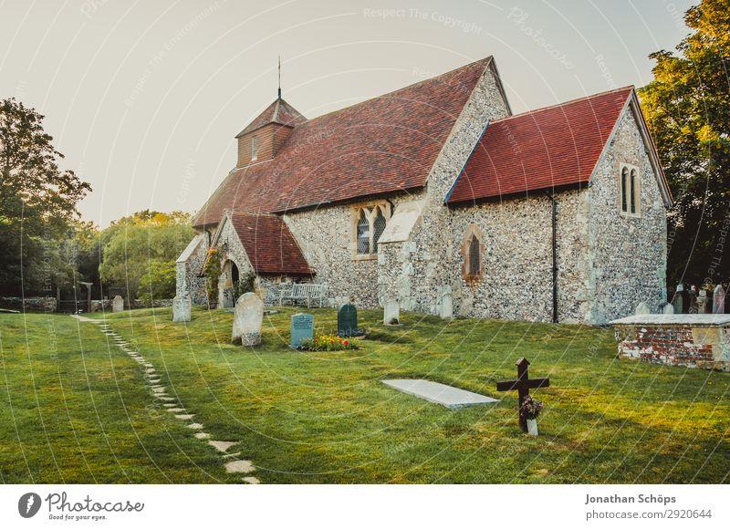 Kirche und Friedhof in Südengland Natur Landschaft Dorf Bauwerk Gebäude Architektur Wege & Pfade alt Abendsonne England Gotteshäuser Großbritannien Stein Wiese