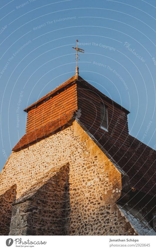 Kirchturm in Südengland Natur Landschaft Dorf Kirche Bauwerk Gebäude Architektur Mauer Wand Fassade Dach blau braun Abendsonne England Gotteshäuser