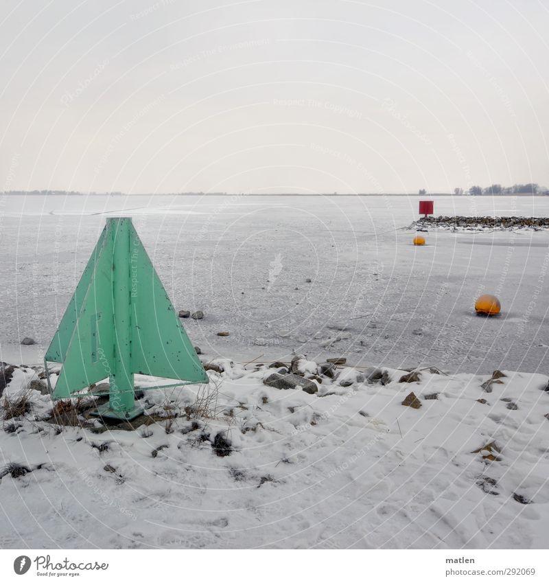 Tanneboom Landschaft Wolken Horizont Winter schlechtes Wetter Küste Meer Menschenleer Verkehrswege Schifffahrt Hafen blau gelb grün rot weiß gefroren Seezeichen