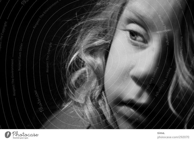 . Mensch Kind Mädchen Auge feminin Haare & Frisuren Kindheit Nase Wandel & Veränderung beobachten Neugier Konzentration Locken Skyline Wachsamkeit Originalität