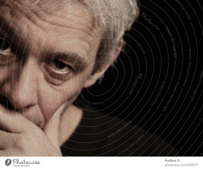 . maskulin Mann Erwachsene Gesicht Auge 1 Mensch 45-60 Jahre Denken skeptisch Konzentration Gedeckte Farben Nahaufnahme Textfreiraum rechts Kontrast Porträt