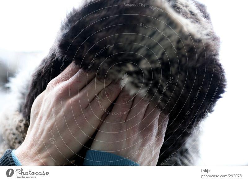 xx Lifestyle Freizeit & Hobby Mensch Erwachsene Leben Kopf Hand 1 Winter Fell Mütze Traurigkeit kalt nah Wärme Gefühle Stimmung zurückhalten Sorge Trauer