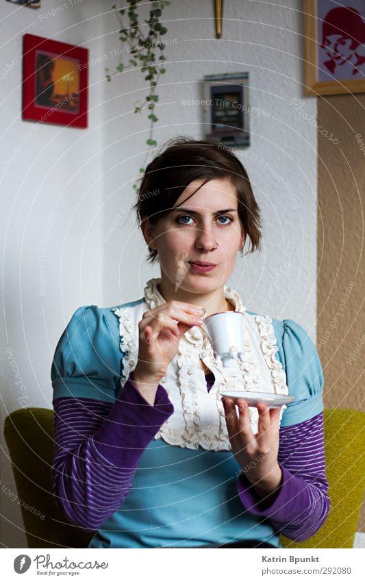 Ich bin charmant Tasse Mensch Junge Frau Jugendliche 1 18-30 Jahre Erwachsene sitzen trinken einzigartig violett türkis skeptisch cup living room Farbfoto