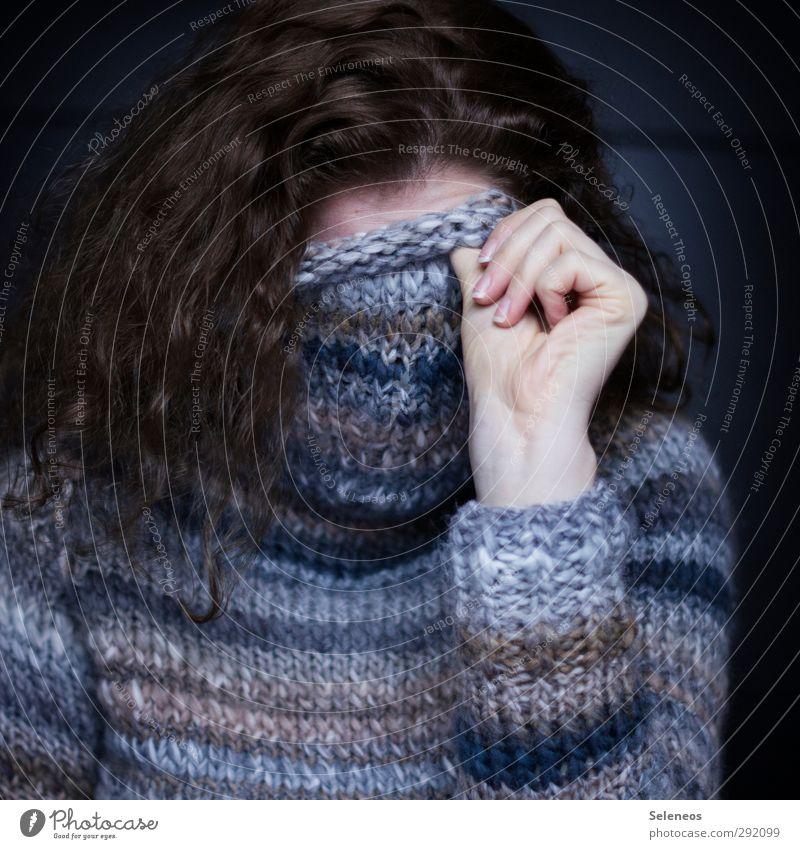 warm eingepackt Haare & Frisuren Mensch feminin Frau Erwachsene Hand Finger 1 Bekleidung Pullover brünett langhaarig Locken frieren kalt kuschlig Wärme weich