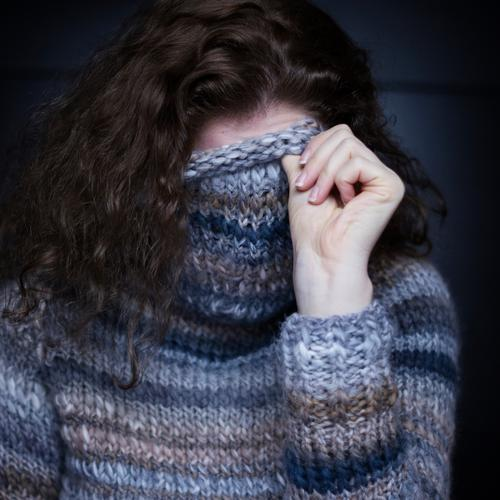 warm eingepackt Mensch Frau Hand Erwachsene kalt Wärme feminin Haare & Frisuren Bekleidung Finger weich Locken verstecken brünett frieren langhaarig