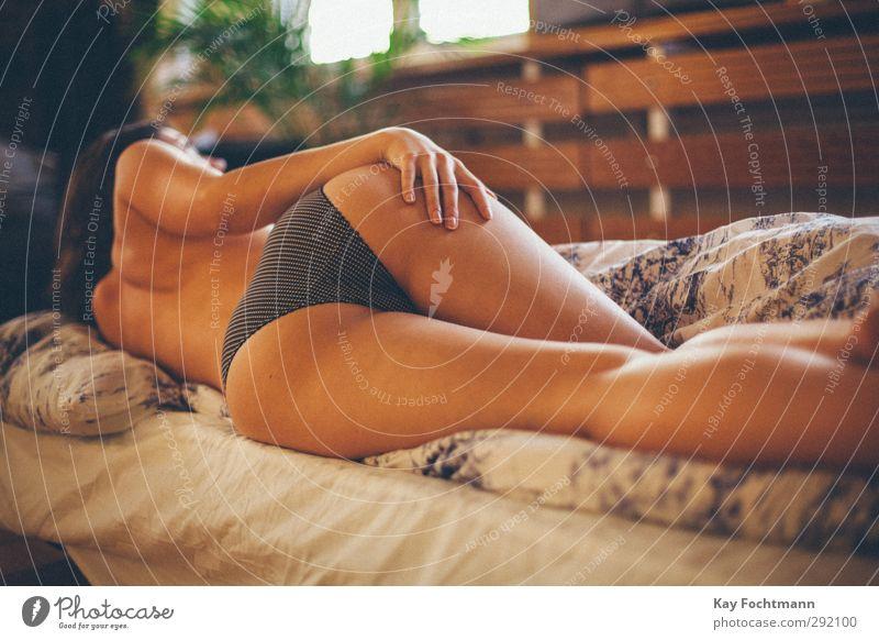 ° schön Haut Häusliches Leben Wohnung Bett Mensch feminin Junge Frau Jugendliche Gesäß 1 18-30 Jahre Erwachsene Frauenunterhose brünett langhaarig beobachten