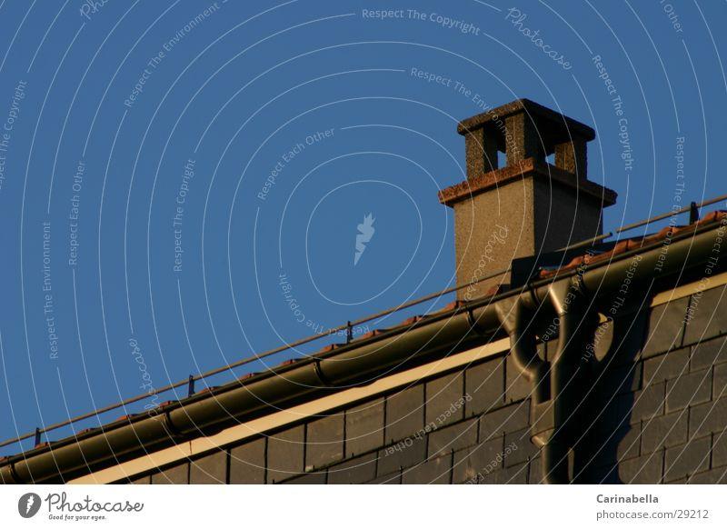 Feierabend Regenrinne Dach Satteldach Himmel blau Schornstein Fallrohr Verbindung Dachziegel Wolkenloser Himmel Menschenleer Außenaufnahme Farbfoto