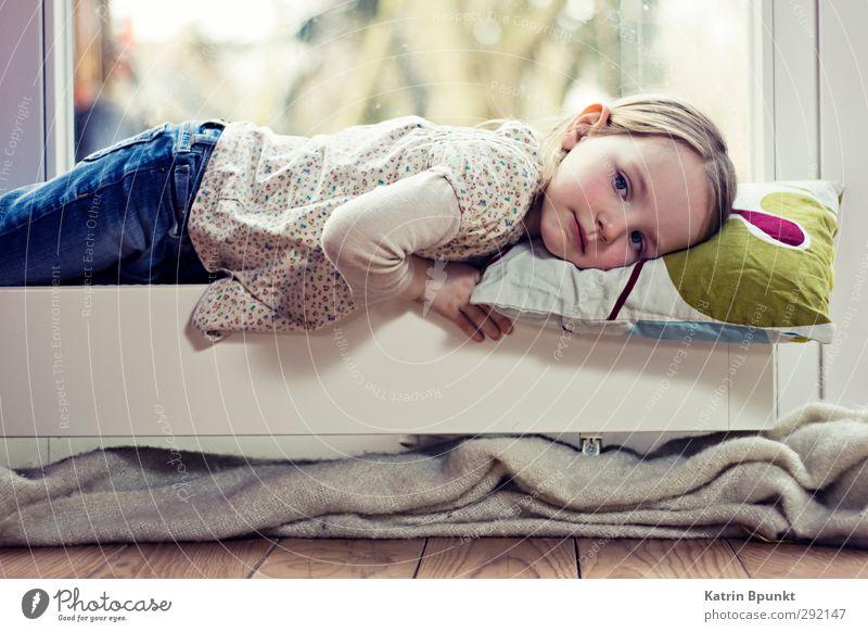 Regentag Mensch Kind 1 3-8 Jahre Kindheit liegen träumen Traurigkeit Einsamkeit Langeweile Farbfoto Innenaufnahme Textfreiraum unten Kunstlicht