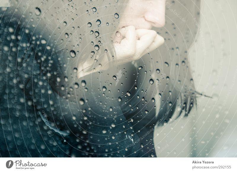[200] Melancholie feminin Junge Frau Jugendliche 1 Mensch 18-30 Jahre Erwachsene Regen schwarzhaarig berühren Denken Traurigkeit weinen dunkel weiß Gefühle