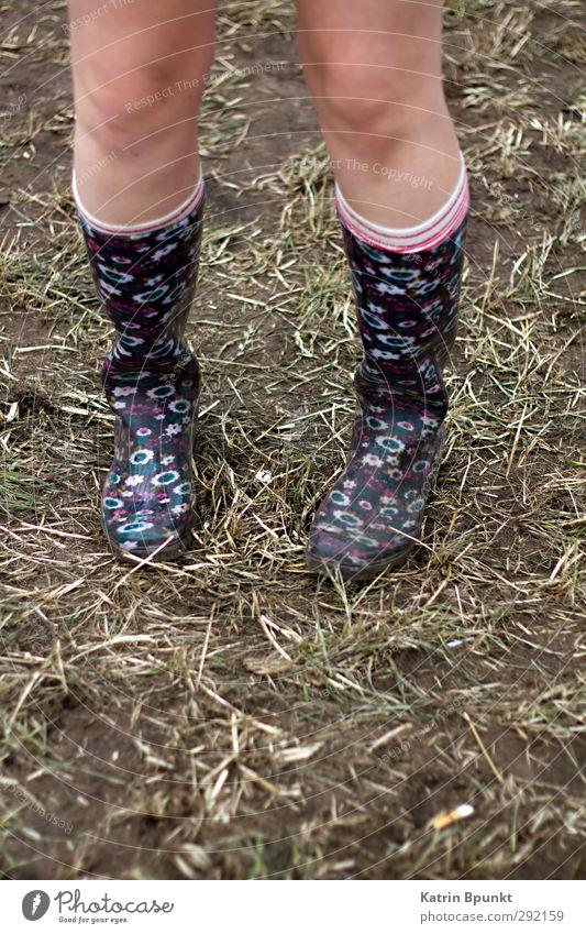 gumboots #1 Beine Mensch Wiese Ringelsocken Gummistiefel stehen Farbfoto Außenaufnahme