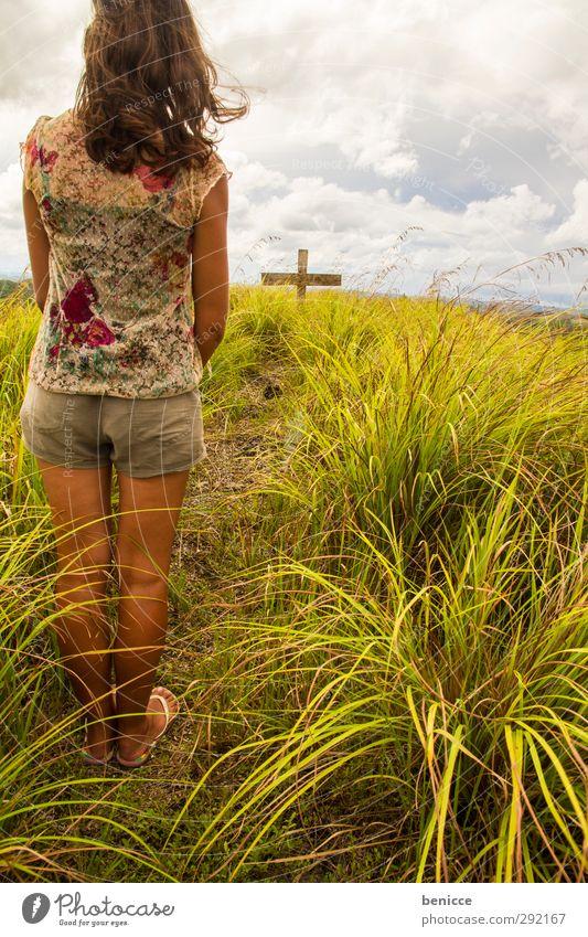 Am Grab Mensch Frau Himmel Himmel (Jenseits) Junge Frau Wiese sprechen Tod Gras Traurigkeit Religion & Glaube Rücken stehen Trauer Christliches Kreuz