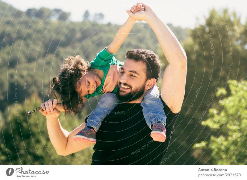 Bärtiger Vater und Baby Mädchen spielen im Freien Lifestyle Freude schön Leben Freizeit & Hobby Spielen Freiheit Sommer Kind Mensch Mann Erwachsene Eltern