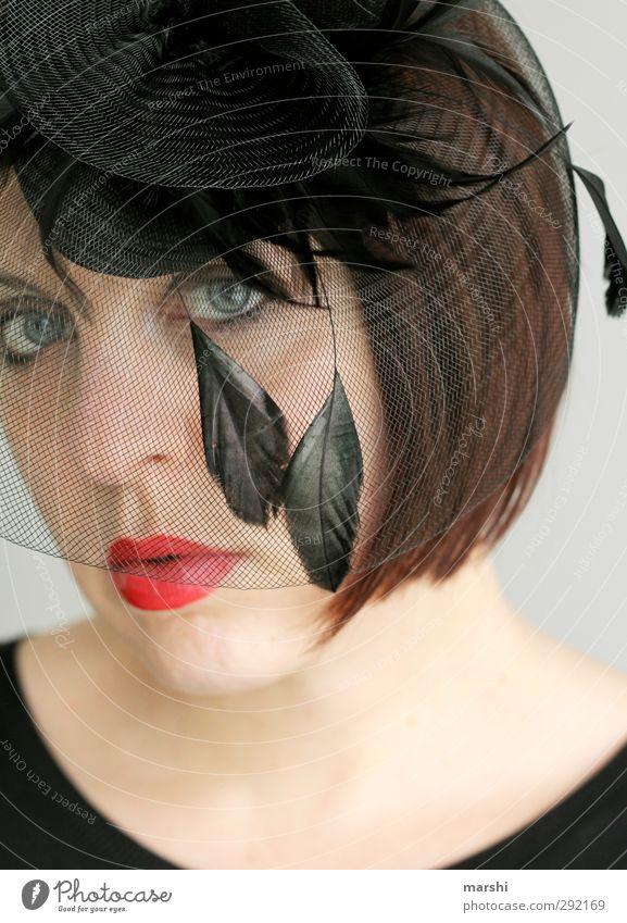 Fascinator Mensch Frau Jugendliche Junge Frau rot 18-30 Jahre schwarz Erwachsene Gefühle feminin Stil Lifestyle Haare & Frisuren Kopf Mode Metallfeder