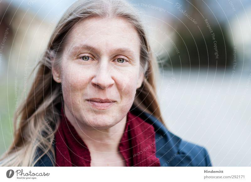 N. Mensch feminin Frau Erwachsene Gesicht 1 30-45 Jahre Mantel Schal blond langhaarig Scheitel beobachten Blick elegant Freundlichkeit Stimmung Zufriedenheit
