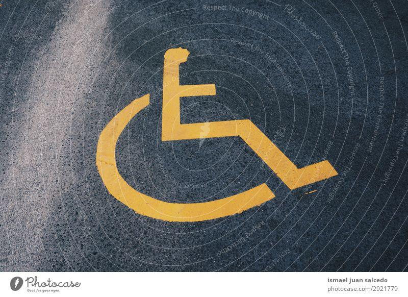 Rollstuhl-Ampel auf der Straße in der Stadt Bilbao Verkehrsgebot Hinweisschild Signal Symbole & Metaphern Behinderte Behindertengerecht parken umgänglich Pflege