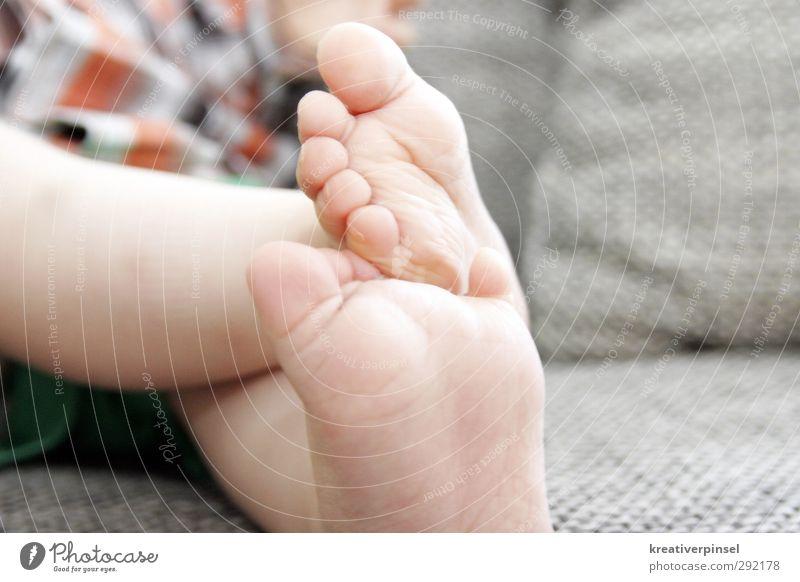 füßchen klein.. grün nackt Spielen Junge grau Beine Fuß orange sitzen Baby niedlich Kleinkind Sofa 0-12 Monate